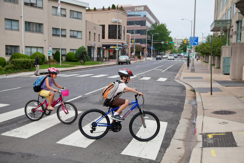Gosses faisant du vélo à l'école photos libres de droits