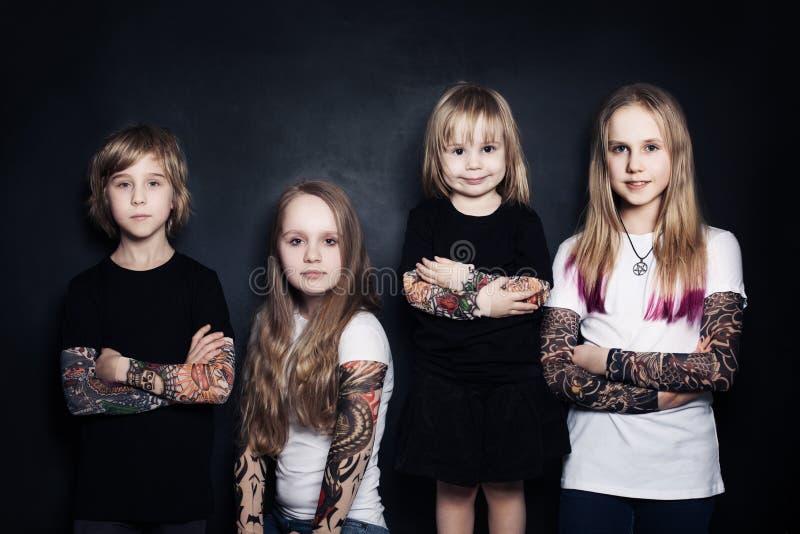 Gosses Garçon et filles photo libre de droits