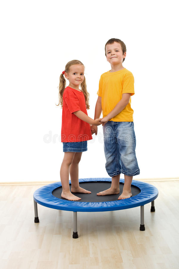 Gosses heureux ayant l'amusement en gymnastique image libre de droits