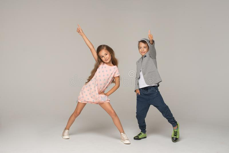 gosses heureux de danse photos stock