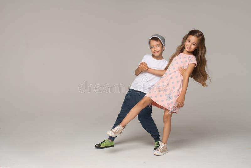 gosses heureux de danse images stock