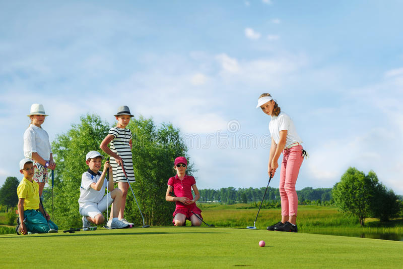 Gosses jouant au golf images stock