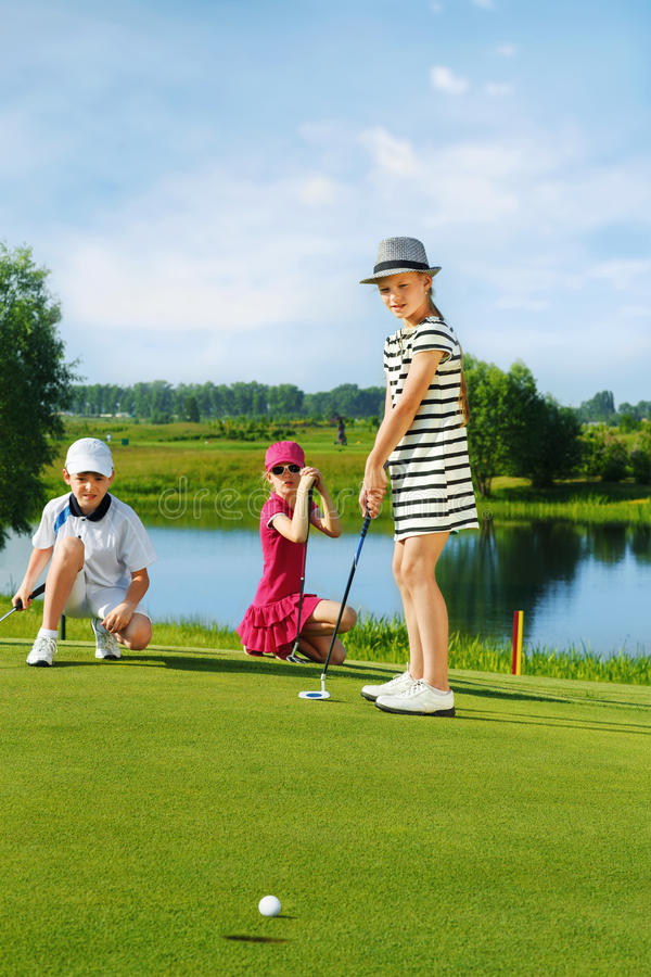 Gosses jouant au golf photographie stock libre de droits