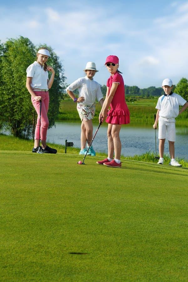 Gosses jouant au golf image libre de droits