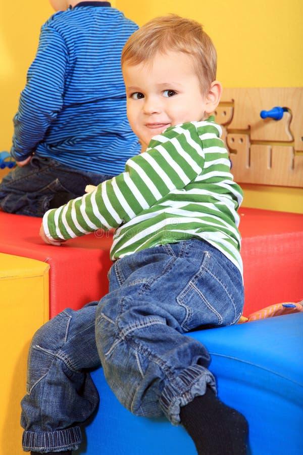 Gosses jouant dans le jardin d'enfants image libre de droits