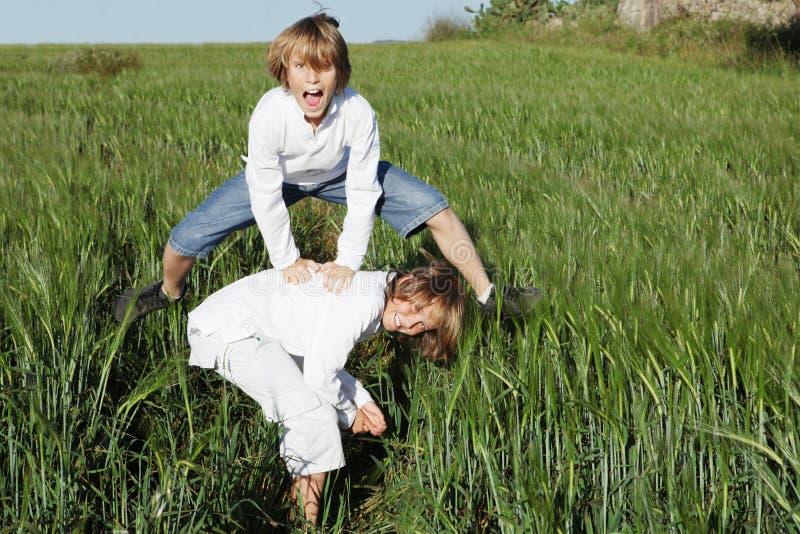 Gosses jouant saute-mouton images libres de droits