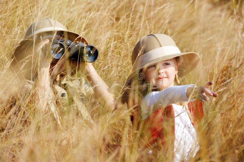 Gosses les explorant photographie stock libre de droits