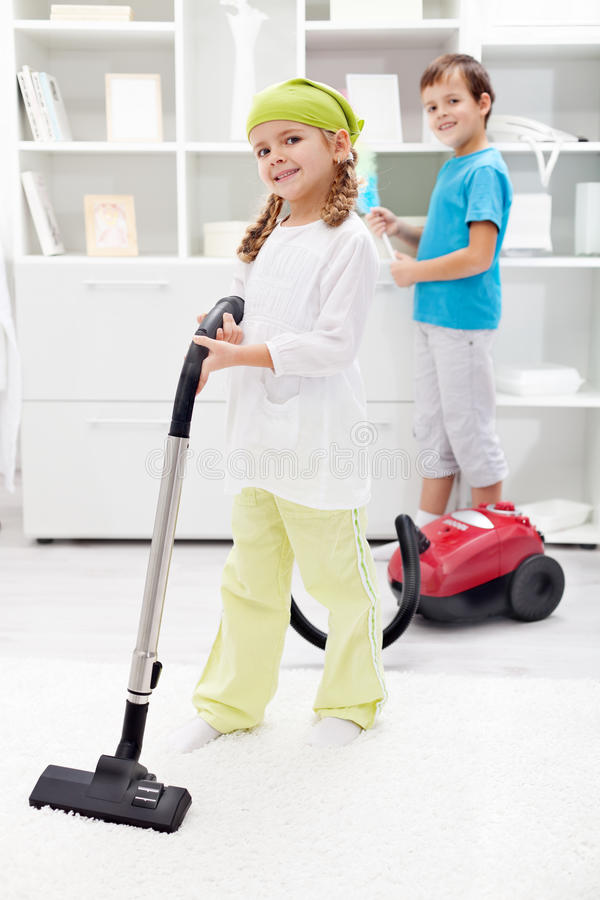 Gosses nettoyant la salle photo stock