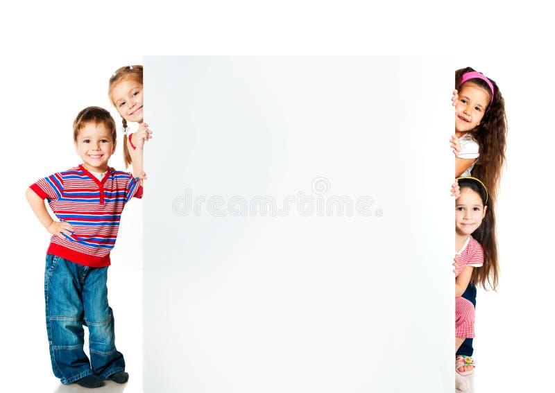 Gosses près d'un blanc blanc photo stock