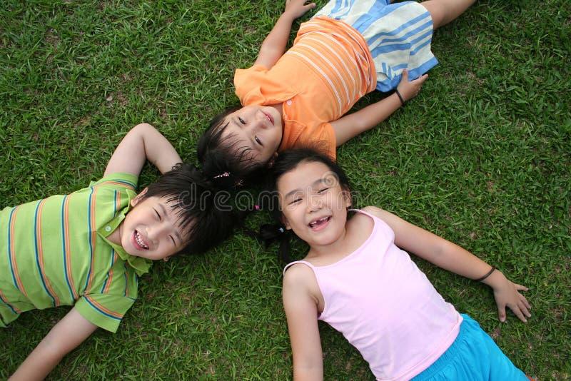 Gosses se trouvant sur l'herbe photos libres de droits