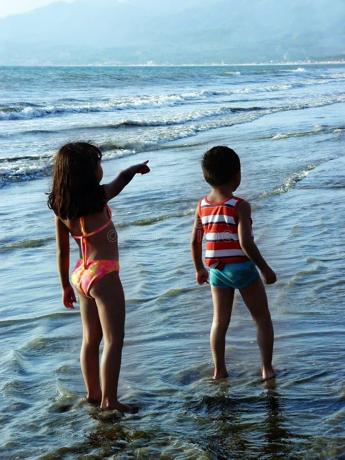 Gosses sur la plage image stock