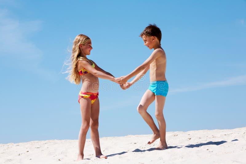Gosses sur le sable photo libre de droits