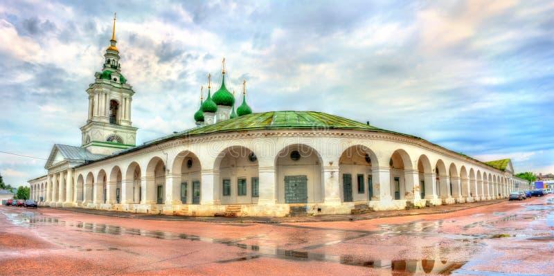 Gostiny Dvor, arcadas de troca neoclássicos provinciais em Kostroma, Rússia fotos de stock royalty free