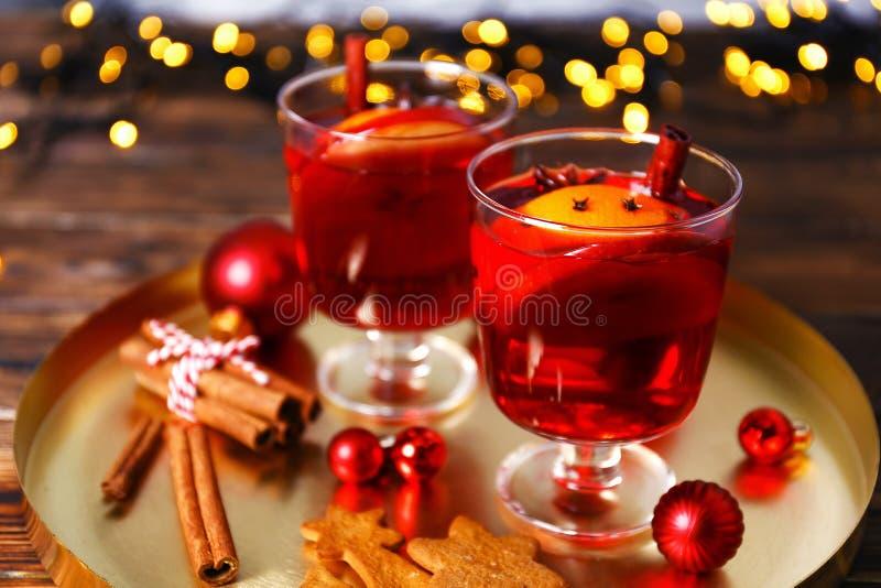 Gosto do conceito do Natal Bebida alcoólica quente baseada no vinho imagem de stock