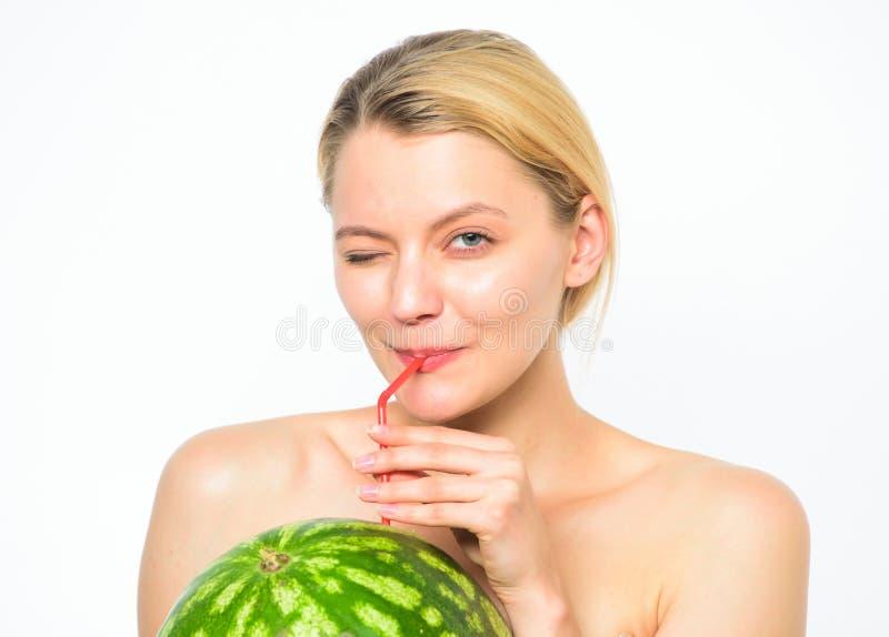 Gosto do conceito do verão Aprecie o suco natural Relaxe e aprecie o frescor Bebida do cocktail da melancia Menina sedento imagem de stock royalty free