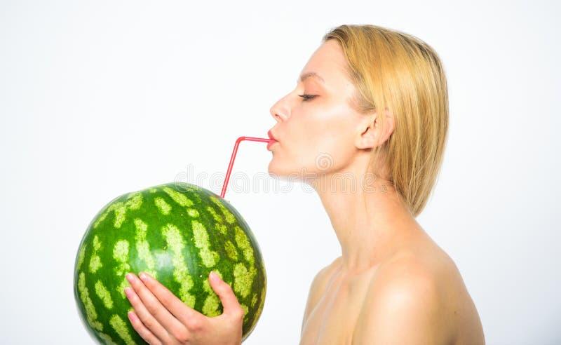 Gosto do conceito do verão A mulher aprecia o suco natural Bebida do cocktail da melancia Da bebida atrativa do nude da menina su imagens de stock royalty free