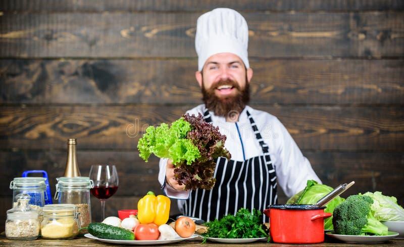 gosto do verão Homem farpado feliz receita do cozinheiro chefe Alimento biológico de dieta Culinária culinária vitamina Cozimento imagem de stock royalty free