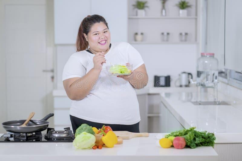 Gosto obeso da mulher uma bacia de salada saudável fotografia de stock royalty free