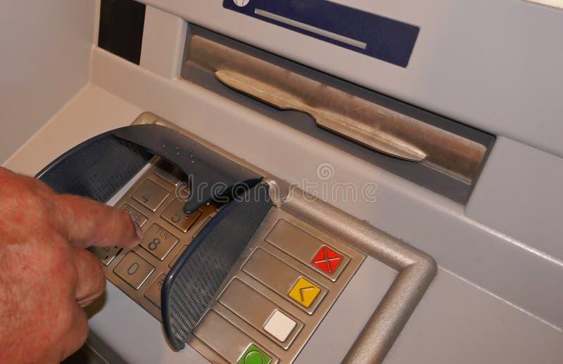 Got?wkowa maszyna, got?wkowa aptekarka, automatyczny narrator Męska osoba pisać na maszynie tajnego kod w ATMs zdjęcie royalty free