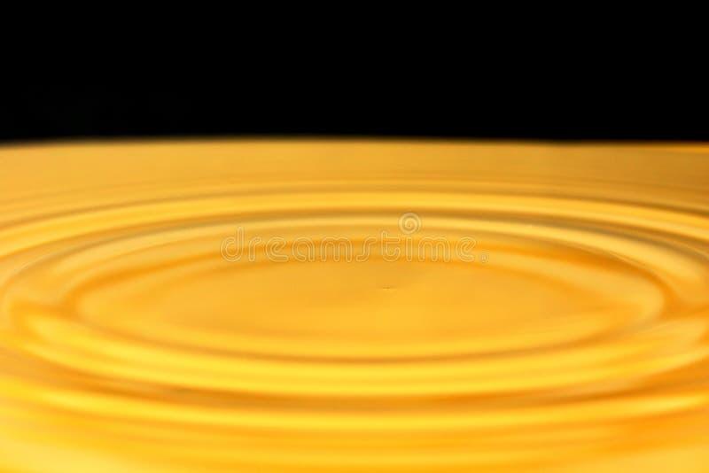 Gota da água do ouro fotografia de stock royalty free