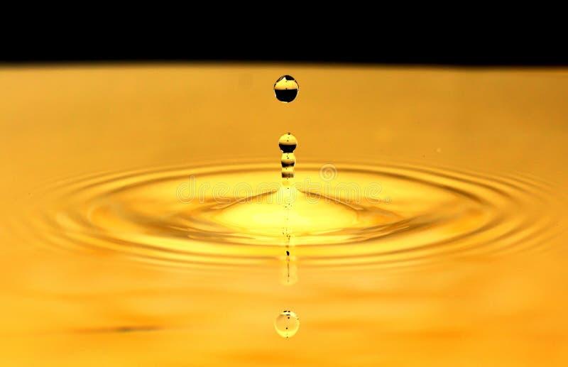 Gota da água do ouro fotos de stock