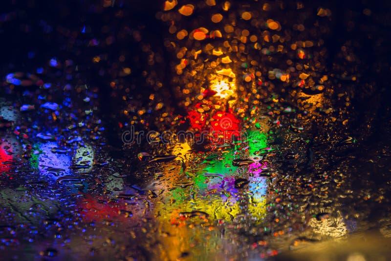 Gota da chuva em chover da noite do windsheld fotografia de stock royalty free