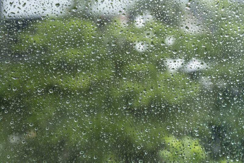 Gota da chuva/?gua da chuva no vidro com fundo exterior foto de stock