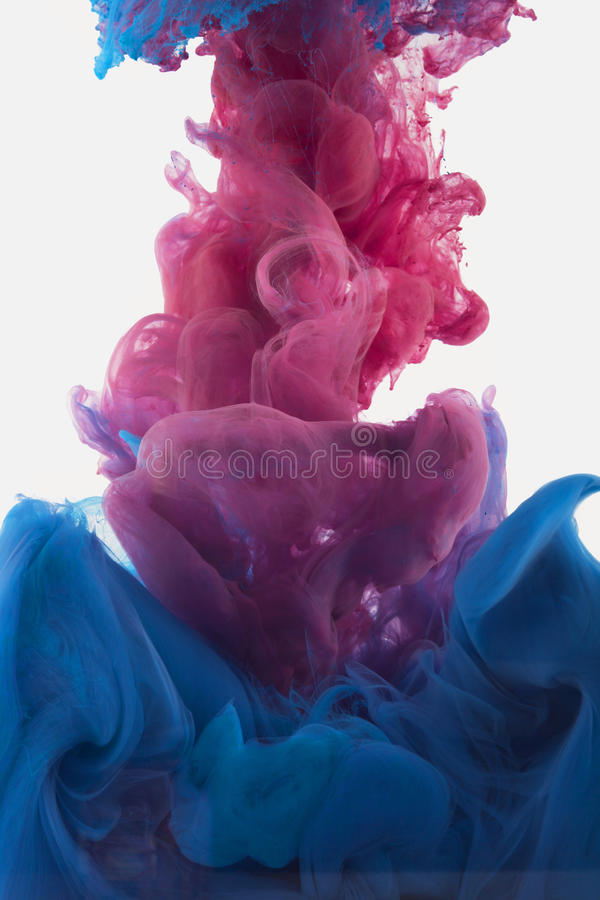 Gota da tinta da cor na água violeta avermelhada, profundamente azul fotos de stock royalty free