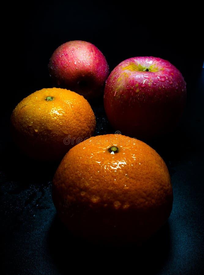 Gota de água na superfície lustrosa do appl alaranjado e vermelho do frescor imagens de stock royalty free