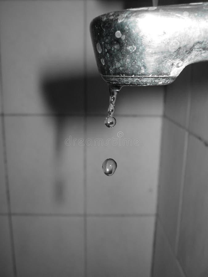 Gota de la válvula y del agua imágenes de archivo libres de regalías