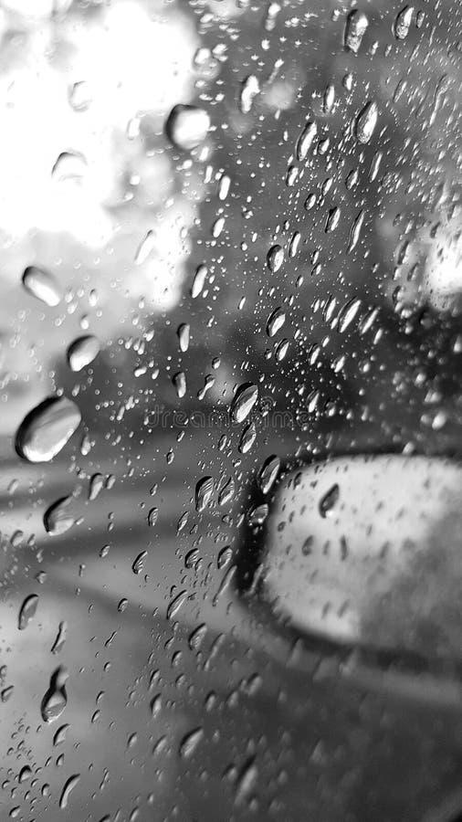 Gota de lluvia en la ventanilla del coche foto de archivo libre de regalías