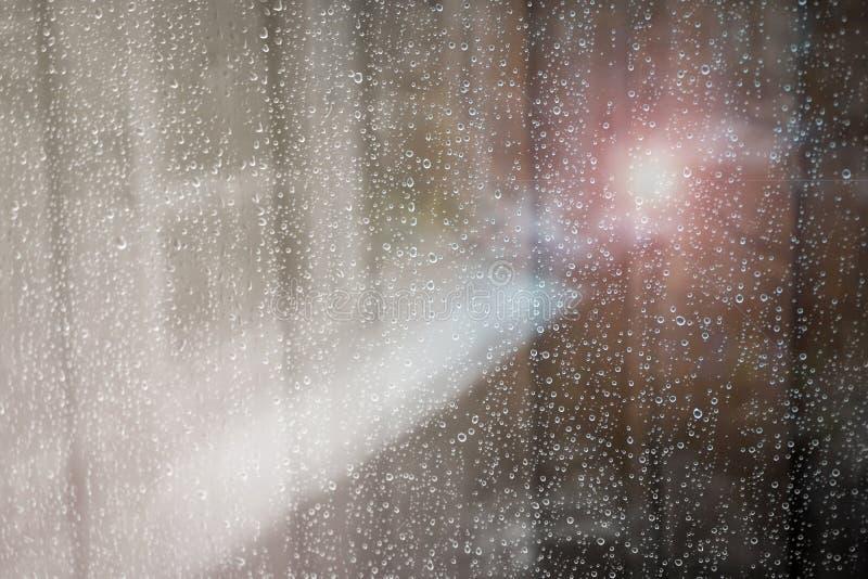 Gota de lluvia fuera de la ventana imágenes de archivo libres de regalías