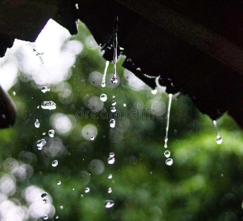 Gota de lluvia y lluvia en una casa vieja foto de archivo
