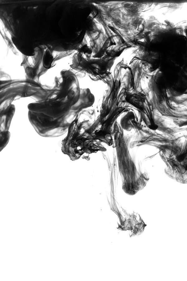 Gota de tinta preta na água isolada fotos de stock