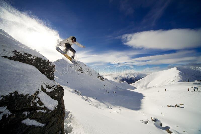 Gota del acantilado del Snowboard fotos de archivo