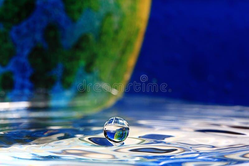 Gota descendente del agua fotografía de archivo