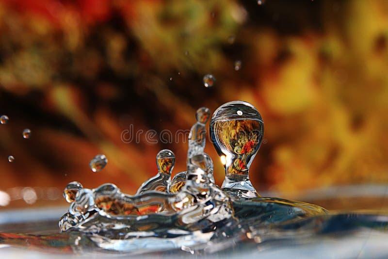 Gota descendente del agua foto de archivo