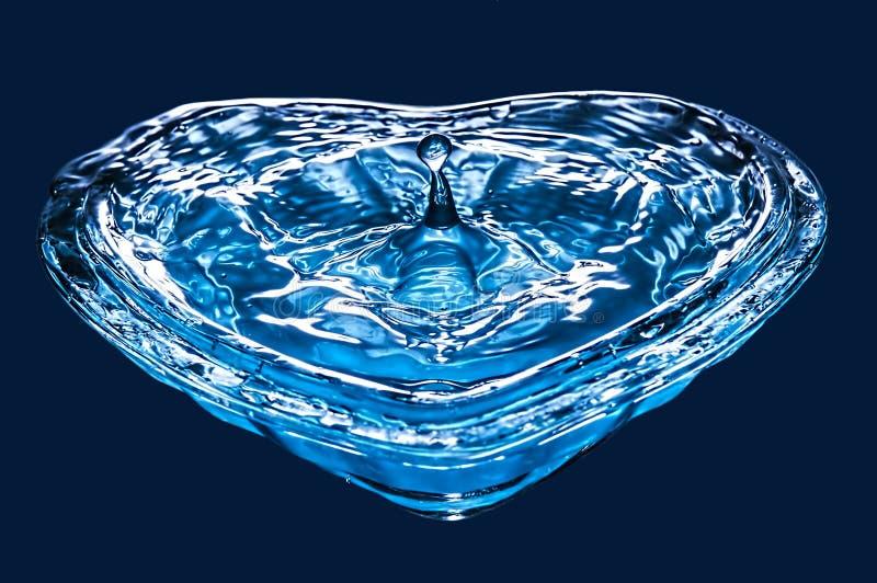 Gota desobstruída da água azul imagens de stock