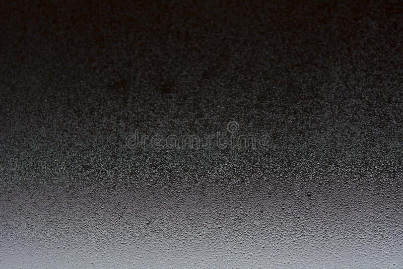 Gota natural da água no vidro preto foto de stock