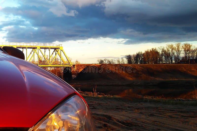 Gota traseira da luz e de orvalho do carro sobre, vista na manhã quando estacionamento do carro com luz do sol no fundo da grama imagens de stock