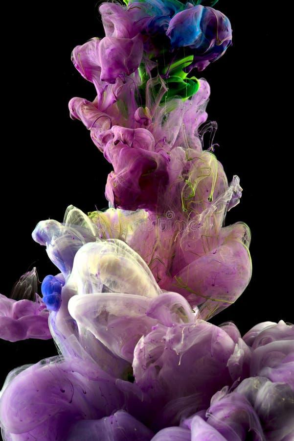 Gota violeta da cor da tinta subaquática fotografia de stock