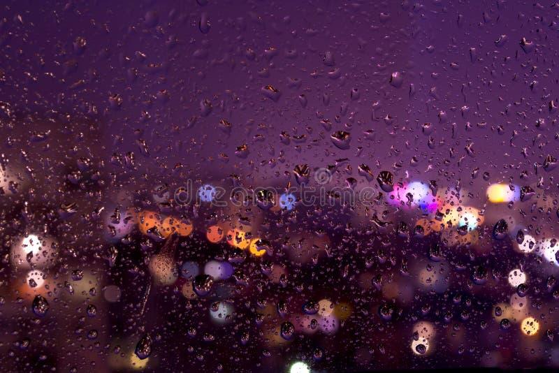 Gotas chuvosas da noite em uma placa de janela fotos de stock