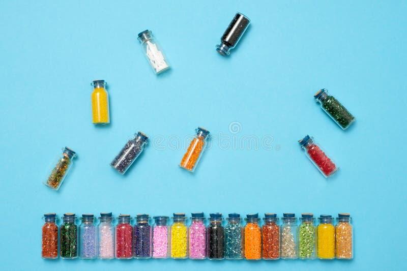 Gotas coloreadas en tarros de cristal especiales Afición de la hembra o de los niños imágenes de archivo libres de regalías