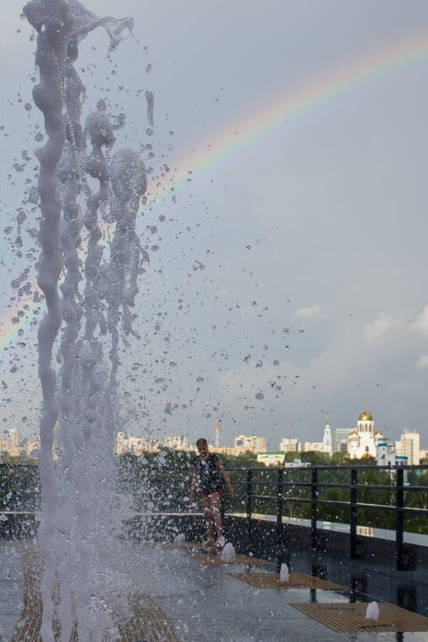 Gotas congeladas da ?gua Arco-?ris Arquitetura da cidade de Yekaterinburg, R?ssia fotografia de stock royalty free