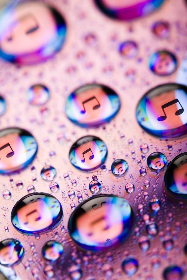 Gotas da água da música no disco fotografia de stock