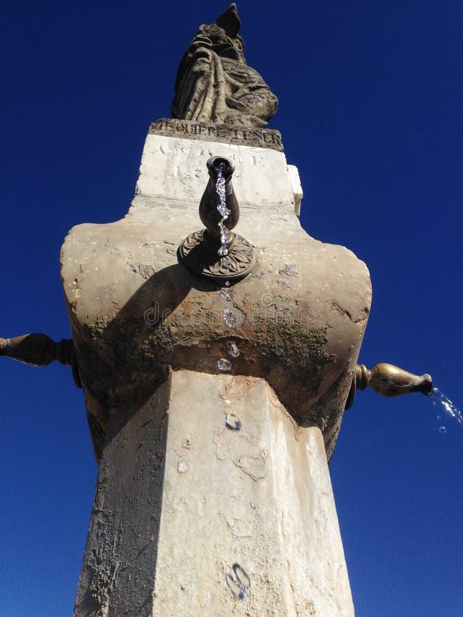 Download Gotas Da água Do Gotejamento Que Caem Para Baixo Imagem de Stock - Imagem de retro, cidade: 65576355