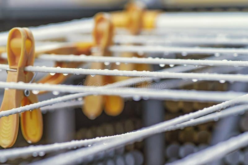 Gotas da água em uma corda macroRaindrops Gotas no secador Fundo imagem de stock royalty free