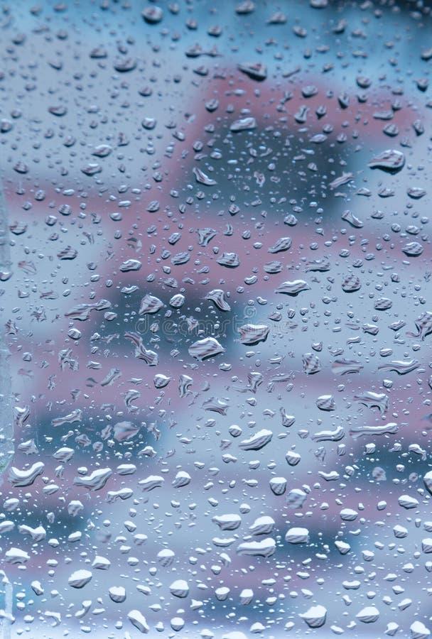 Gotas da água empoleiradas no vidro imagens de stock royalty free
