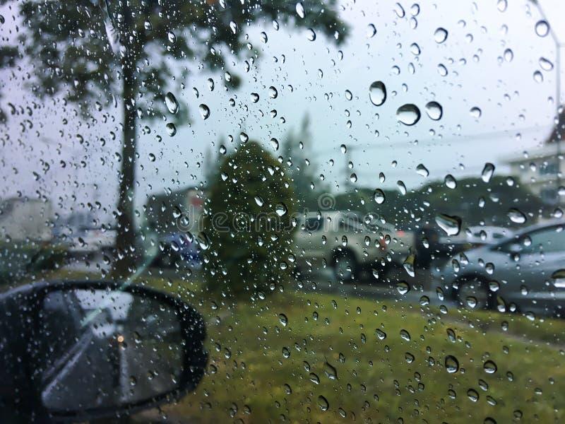 Gotas da água da gota no espelho de carro imagem de stock royalty free