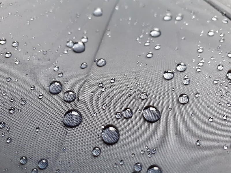 Gotas da água na textura preta do guarda-chuva fotografia de stock royalty free